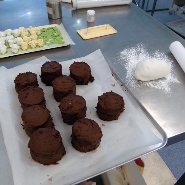 Atemperando las mini tartas en el obrador